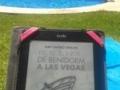 Paloma está leyendo YO TÚ ÉL Y VOS...DE BENIDORM A LAS VEGAS en la piscina. [320x200]