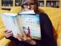 Tere leyendo Los mares del alba [640x480]